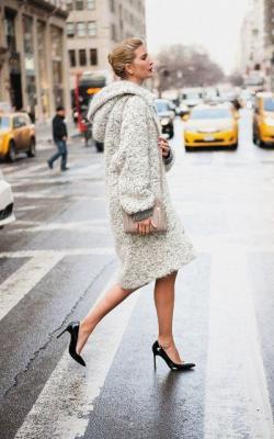 С чем носить длинное пальто с капюшоном фото 2
