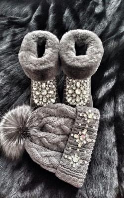 Комплект из угги, шапки и перчаток фото 1