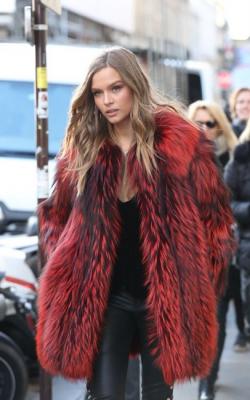 Модные луки с шубой красного цвета