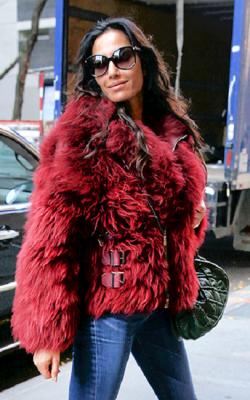 Модные луки с шубой красного цвета2