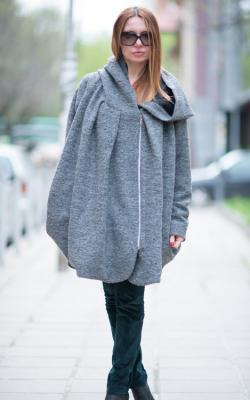 Короткое пальто с капюшоном фото 3