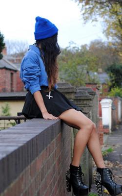 С чем носить синюю шапку фото 12