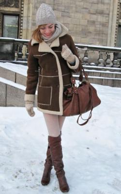 Дубленка с вязаной шапкой фото 4