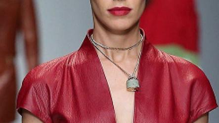 Кожаное платье с отделкой из меха: стильно и сексапильно!