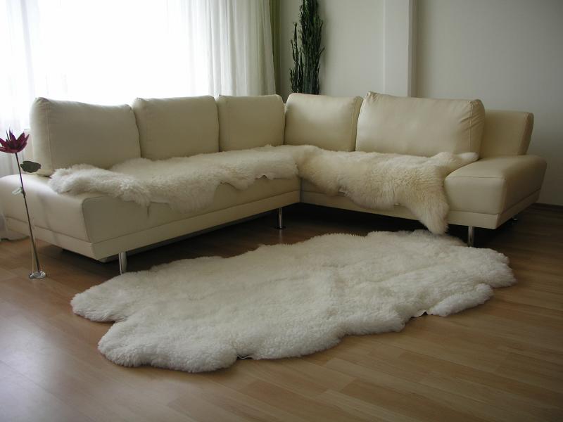 Меховая шкура на диване