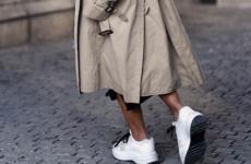 Модное сочетание: плащ с кроссовками 2021