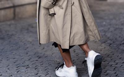 Модное сочетание: плащ с кроссовками 2019