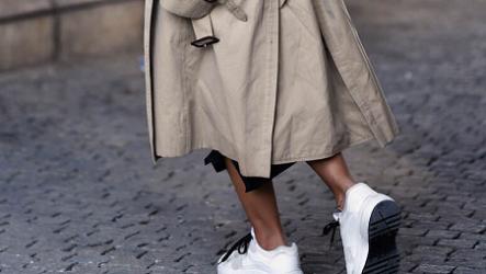 Модное сочетание: плащ с кроссовками 2020